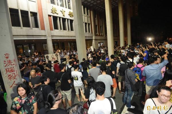 反黑箱課綱的學生與民眾占領教育部前庭後席地而坐,與警方對峙。(記者劉信德攝)
