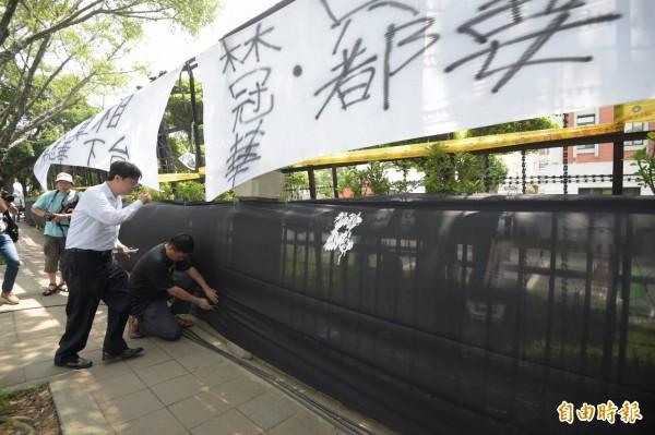 十二年國教家長聯盟在教育部外圍上黑布。(記者王敏為攝)