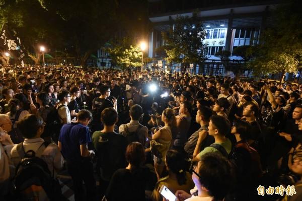 今天凌晨1點左右,反黑箱課綱的群眾原本在教育部外集結抗議。(記者劉信德攝)