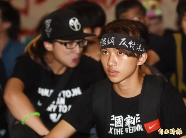 反黑箱課綱學生進入教育部廣場靜坐抗議。(記者方賓照攝)