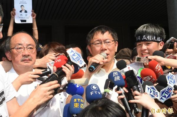 台北市長柯文哲31日下午前往教育部前廣場,慰問反課綱學生,呼籲要平和理性。(記者張嘉明攝)