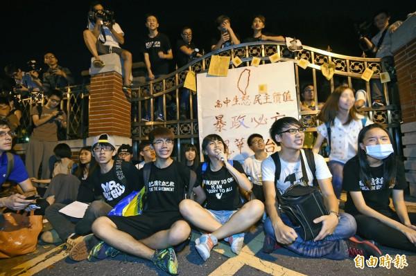 反課綱學生昨晚10點左右衝進立法院,聲援學生擋住立院門口高呼口號。(記者劉信德攝)