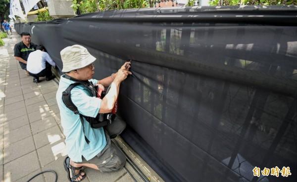 家長綁黑布是要哀悼去世的林冠華,也譴責教育已死,要求部長吳思華下台負責。(記者王敏為攝)