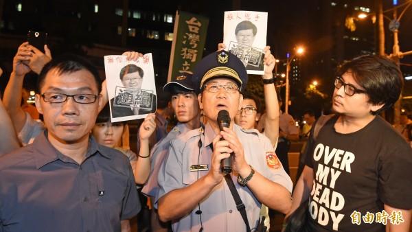 中正一分局長張奇文在昨晚10點15分左右也抵達現場,但張一現身,立即引起在場學生群情激憤