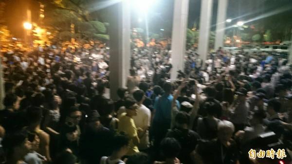 數百名民眾站滿教育部前庭,在教育部大樓前與警方對峙。(記者吳柏軒攝)