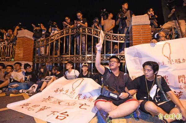 反課綱學生衝進立法院,聲援學生擋住立院門口高呼口號。(記者劉信德攝)