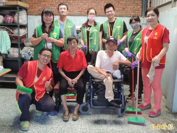 華山結合民間企業、志工,幫吳奶奶環境大掃除。(記者蔡文居攝)
