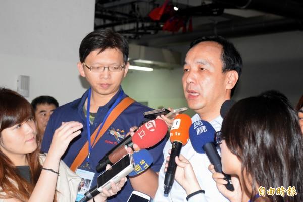 國民黨主席、新北市長朱立倫接受訪問,針對是否主張暫緩課綱,不正面回應。(記者陳韋宗攝)