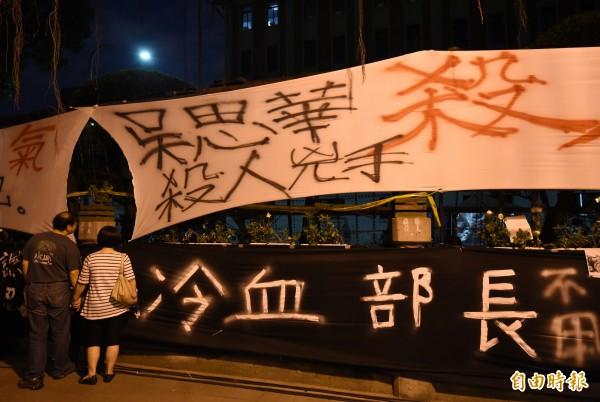 教育部長吳思華拒絕暫緩微調課綱,反黑箱課綱學生及民眾在教育部圍牆掛滿抗議布條,31日晚間仍聚集在教育部廣場。(資料照,記者簡榮豐攝)