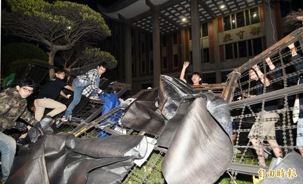 反黑箱課綱學生在得不到教育部滿意答覆後,31日凌晨開始破壞拒馬、蛇龍進入教育部。(資料照,記者方賓照攝)