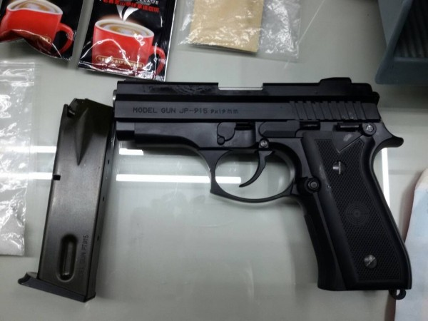 警方在毒趴房間內搜出改造手槍。(記者黃佳琳翻攝)