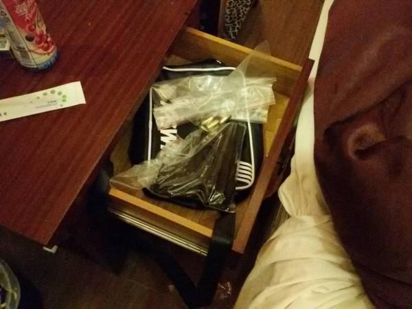 警方在毒趴房間內搜出改造手槍及毒品。(記者黃佳琳翻攝)