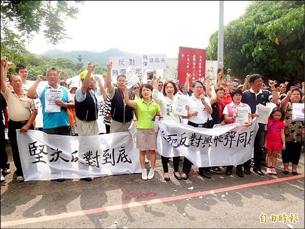 反對坪林飛彈陣地,居民昨天組自救會拉布條抗議。(記者何宗翰攝)