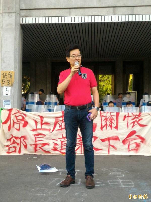 台北市議員李慶元探教育部反課綱學生。(記者王敏為攝)
