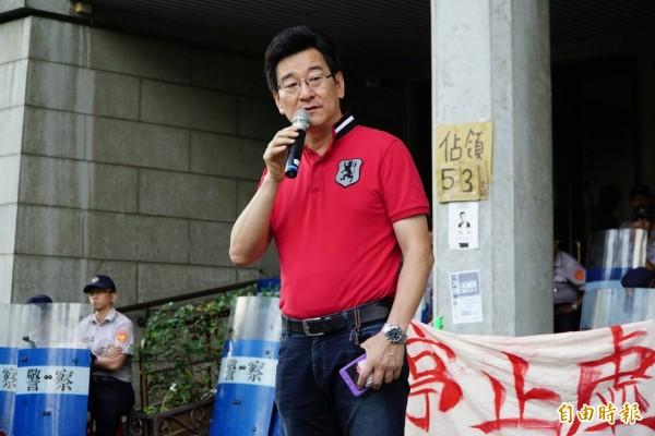 李慶元針對近日惹議的王曉波表示,做為課綱微調檢核小組召集人的王曉波,竟然還求蔡英文說要放過孩子,根本是打人喊救人。(記者黃欣柏攝)