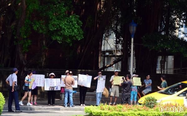 反黑箱課綱佔領教育部超過56小時,上午有一群退休教師手舉海報看板,站在教育部對面馬路對學生喊話。(記者王藝菘攝)