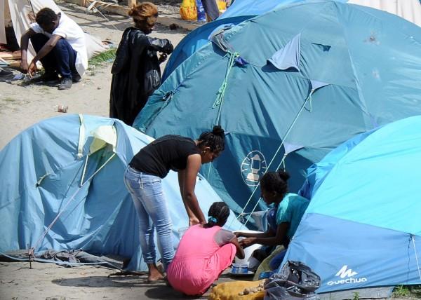 瑞典的司法暨移民部長強納森表示,這些難民是在尋求庇護,但卡麥隆卻用非法(illegal)這個字眼來區別難民。(法新社)