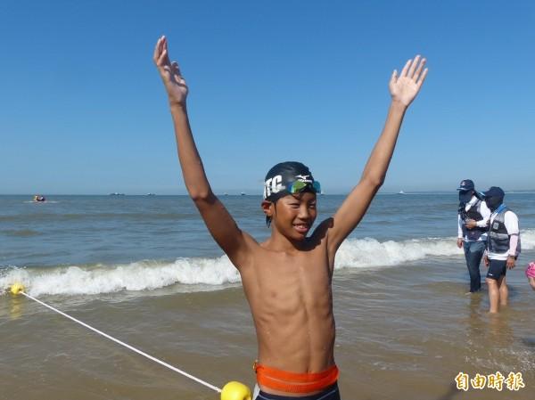 林口國中楊瀚在「搶灘料羅灣」海上長泳,搶了第一上岸。(記者吳正庭攝)