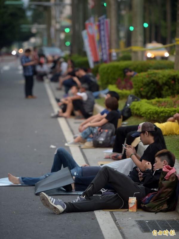 今天清晨,在教育部外反黑箱課綱的學生席地而坐休息。(記者王敏為攝)