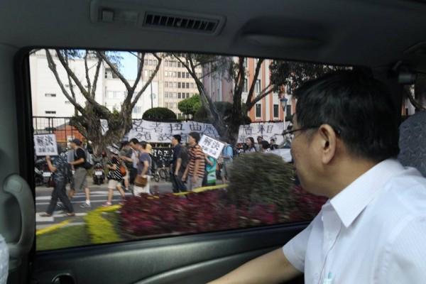 曾任柯文哲競選辦公室攝影師的潘俊霖今下午在臉書貼出2張照片,竟是台北市長柯文哲坐車路過教育部,潘俊霖還在該則貼文寫下,「因為關心,所以路過」。(圖擷自潘俊霖臉書)