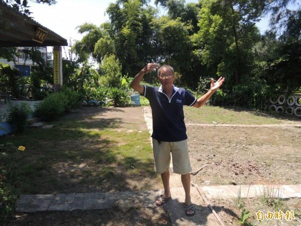 王鎮略說服親友提供廢豬舍土地,與志工打造一座社區公園,善行足為子女表率,為他贏得模範父親殊榮。(記者陳燦坤攝)