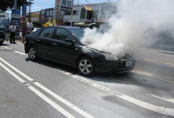 彰化市金馬路口昨天傳出4輛車連環車禍,其中1輛突然冒煙並火燒車,消防員前往灌救。(記者'湯世名翻攝)