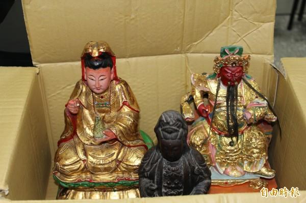 3尊神像裝在紙箱內,被人棄置在學甲慈濟宮後殿內。(記者楊金城攝)