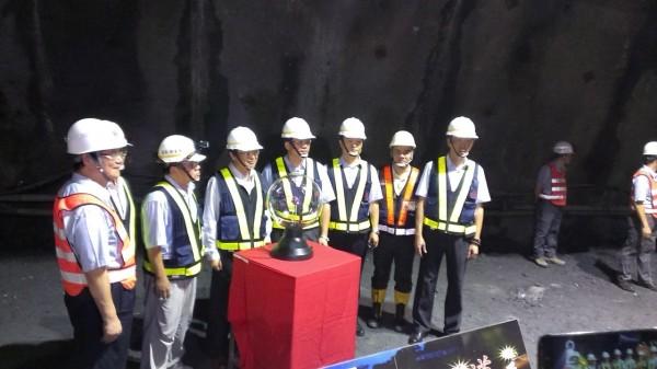 蘇花改觀音隧道工程南下線第1工作面,於今天上午11點30分,由交通部長陳建宇親赴工地主持爆破貫通儀式。(圖由公路總局提供)