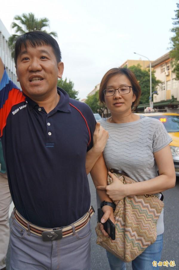 台北地檢署今天下午傳喚醫材廠商巨鉦公司負責人江雅萍(右),江夫則在旁高喊:「中華民國萬歲」。(記者錢利忠攝)