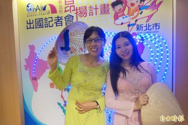 18歲新住民陳玉玄(右)將與母親范氏潮(左)參加新北市教育局「新住民二代培力計畫」將免費回越南參訪及長住。(記者張安蕎攝)