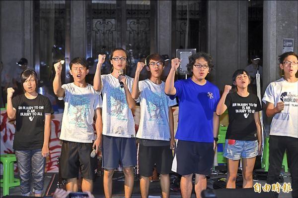 反黑箱課綱學生持續佔領教育部廣場,2日晚上學生舉行記者會,公布將與教育部長吳思華對談七位代表。(記者方賓照攝)