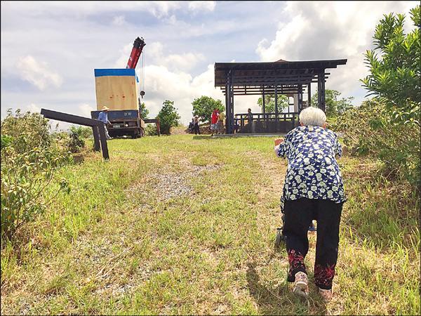 村民忙著整修周邊紀念公園,一名86歲的林阿嬤,特別返回舊部落觀看神社。(記者蔡宗憲翻攝)