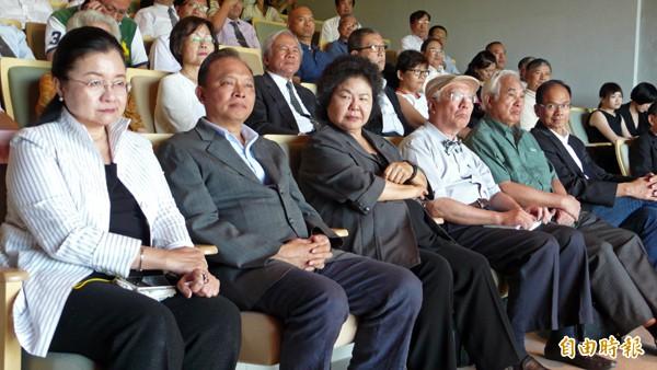 宜蘭縣長林聰賢(左二)、高雄市長陳菊(左三)、前行政院長游錫堃(左六)。(記者朱則瑋攝)