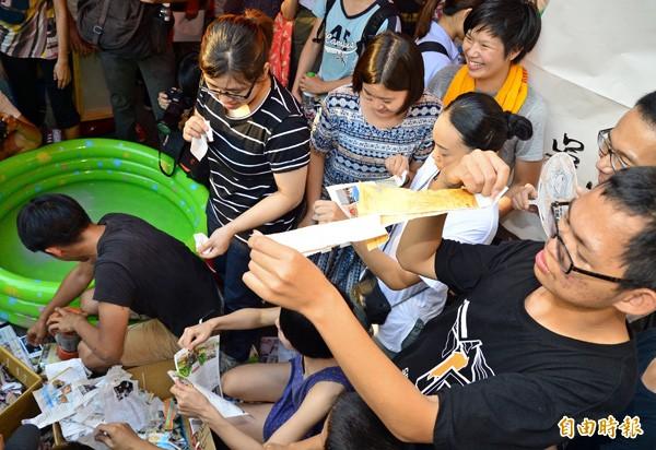 反黑箱課綱學生與民眾昨在教育部前舉辦「濕滑印書」活動。(記者王藝菘攝)
