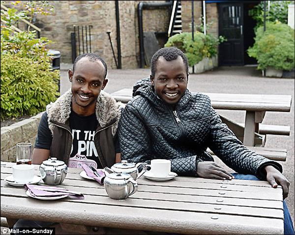 每日郵報訪問到的兩名蘇丹難民,直說英國的生活好太多了。(取自每日郵報網站)