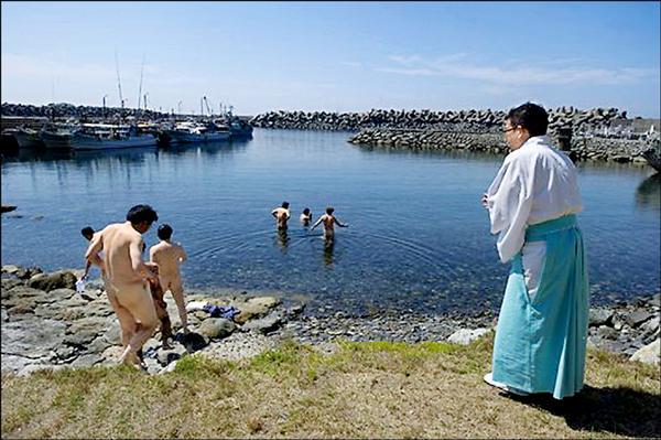 基於宗教因素,這座島嶼自古禁止女人登島,男性登島前也須淨身。(取自網路)