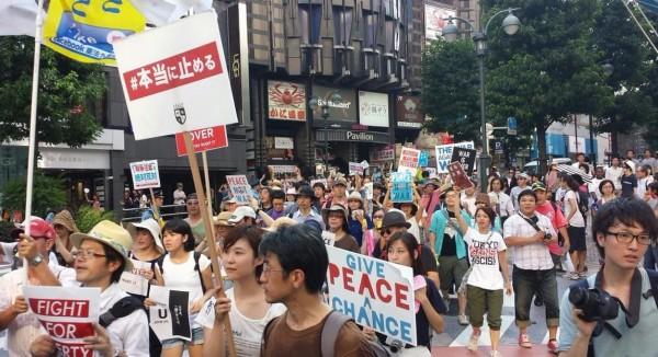 日本高中生上街抗議「新安保法」。(圖片取自推特)