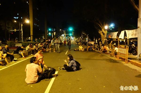 有部分民眾會在中山南路慢車道與分隔島上休息。警方於今天清晨約5點30分撤除管制,恢復車輛通行。(資料照,記者吳柏軒攝)