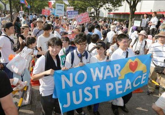 日本高中生上街抗議「新安保法」。(圖片取自《livedoor New》)