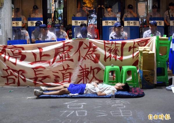 反黑箱課綱學生持續佔領教育部廣場,3日凌晨學生與警察就地休息。(資料照,記者方賓照攝)