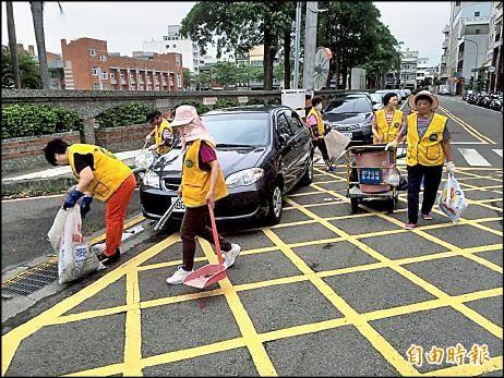 頭份成功里環保志工隊隊員二十年來不論寒暑,持續維護社區清潔。(記者鄭鴻達攝)