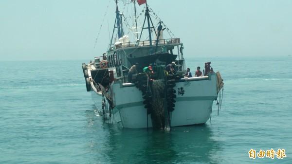 澎湖海巡隊威力掃蕩,查獲越界中國漁船閩龍漁66762號,外型與我國漁船類似。(記者劉禹慶攝)