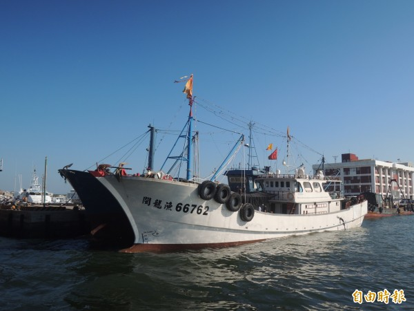 中國漁船變身與鐵殼船併靠,形成強烈對比。(記者劉禹慶攝)