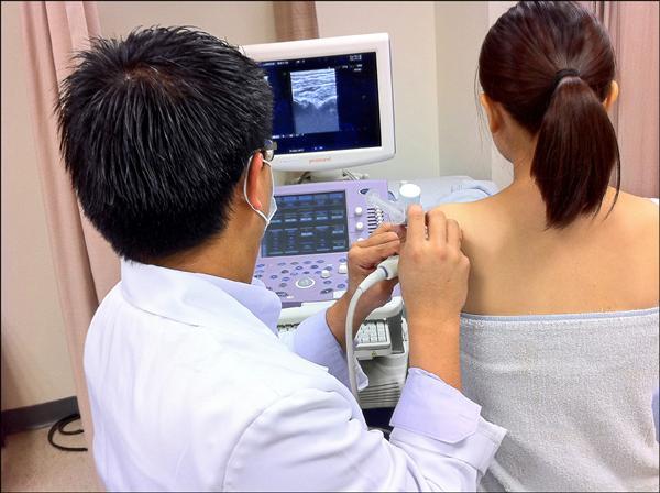 ▲在超音波導引下注射「肩關節囊擴張液」;圖為情境照,圖中患者與本文無關。(照片提供/許嘉麟)