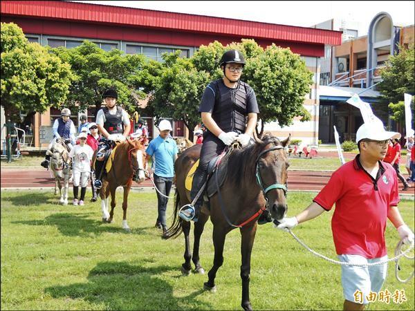 YA!騎馬好好玩,雲林特殊教育學校學童馬術育樂營初體驗。(記者黃淑莉攝)