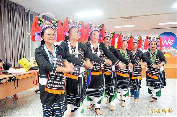花蓮市公所開辦阿美傳統服飾、帽飾研習,從歷史資料、耆老訪談中,逐步還原早期阿美族傳統服飾的黑色樣貌。(記者王錦義攝)