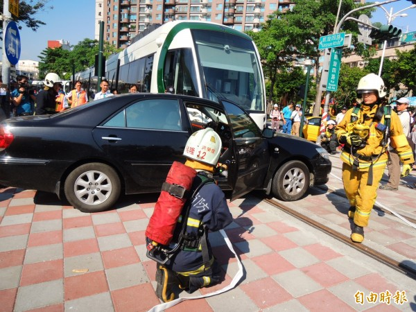 警消據報到場搶救。(記者葛祐豪攝)