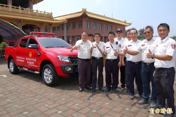 一貫道重要道場柳營佛山觀音巖,今天捐贈一輛災情勘查車給柳營消防分隊。(記者楊金城攝)