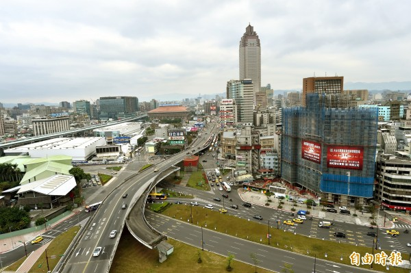 忠孝橋引道將於明年春節拆除,圖為周遭地區俯瞰圖,圖中央紅色屋頂建物為北門。(資料照,記者方賓照攝)