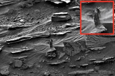 美國太空總署(NASA)再度發布了一張讓外星迷們興奮不已的照片,疑似有名一頭長髮、並擁有突起乳房的女性,形體略似隱形地站在岩石上。(圖擷自《UFO Sightings Daily》)